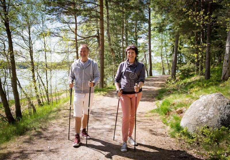Deporte en Finlandia - el caminar nórdico del verano foto de archivo