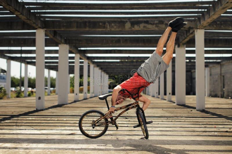 Deporte extremo en la bici de BMX fotografía de archivo