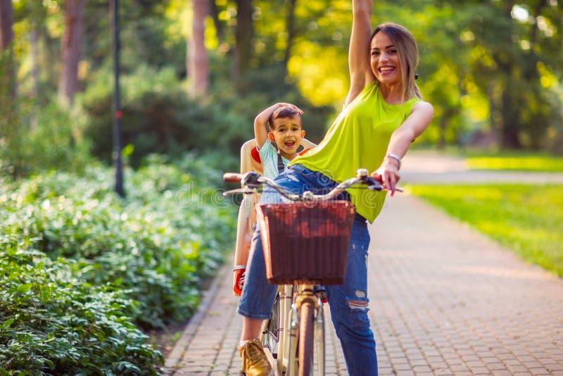Deporte feliz de la familia de la familia y muchacho sano de la forma de vida en ingenio de la bici imagen de archivo