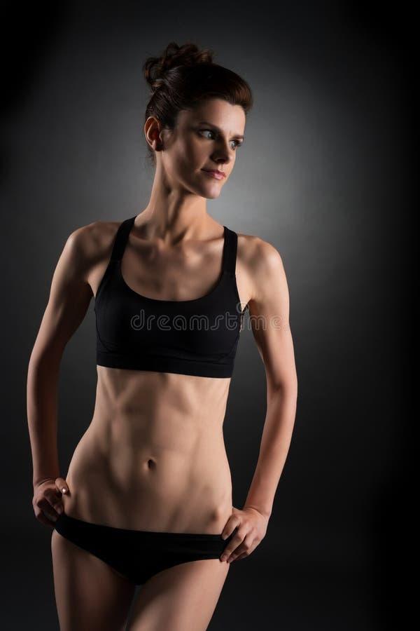 Deporte Foto de la mujer bonita con ABS entrenado fotografía de archivo