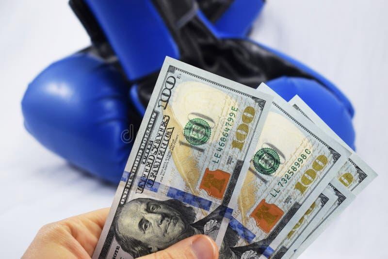 Deporte para el dinero, encajonando para el dinero dólares y guantes de boxeo foto de archivo libre de regalías