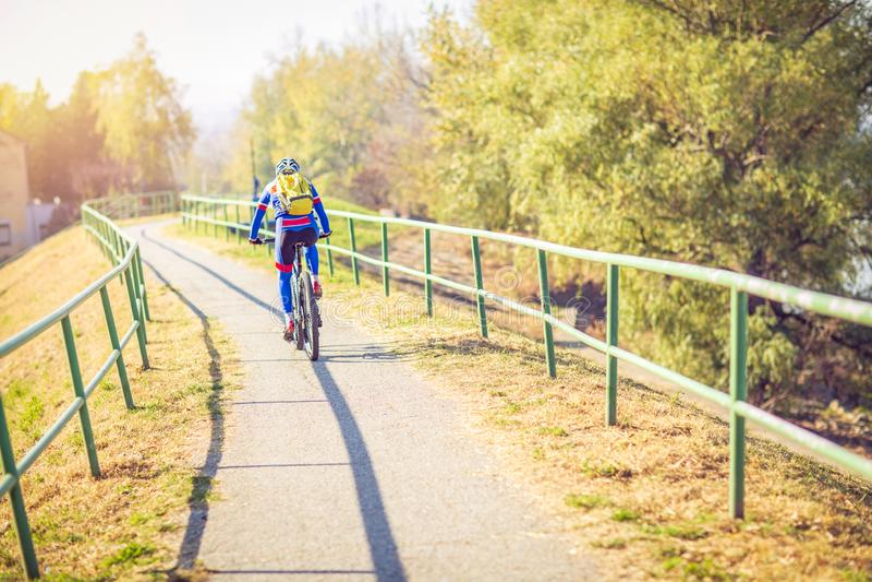 Deporte Pista del montar a caballo del ciclista de la bici sola imagen de archivo libre de regalías