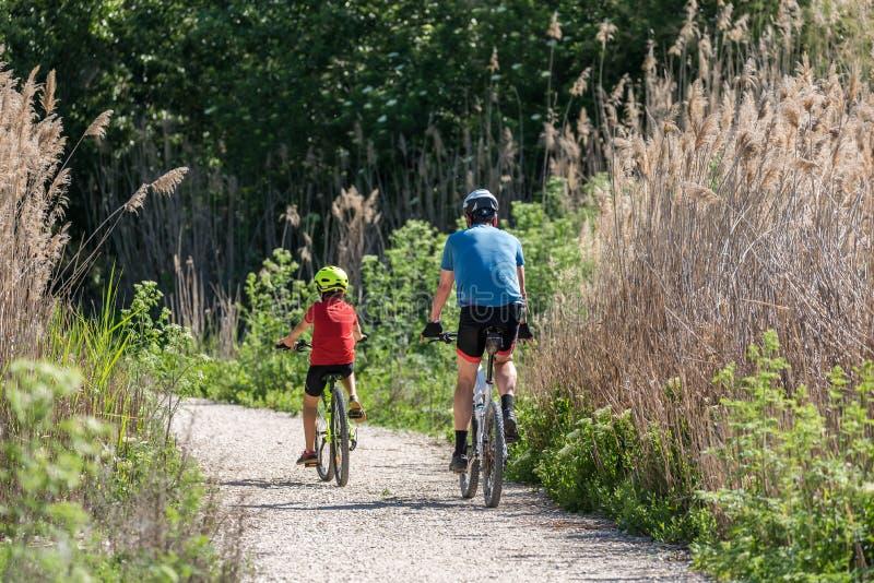 Deporte practicante del padre y del hijo en bicicleta fotos de archivo libres de regalías