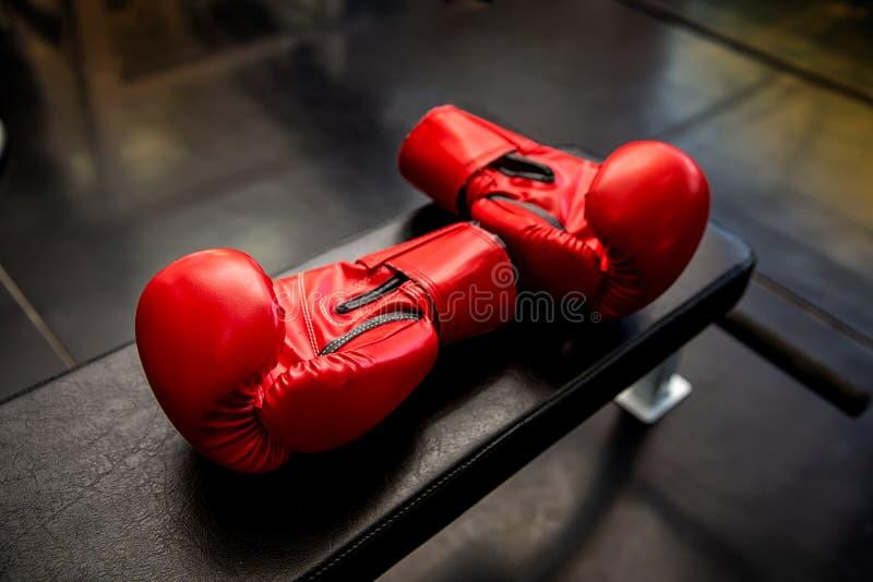 Deporte sano de la forma de vida Guante de boxeo en el gimnasio o el club de deporte Aptitud sana del equipo de deporte de la for foto de archivo