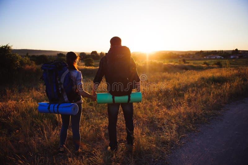 Deporte travelling Pares sonrientes turísticos con las mochilas al aire libre fotografía de archivo