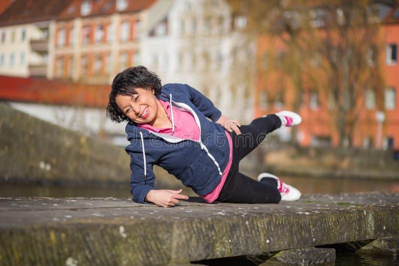 Deporte urbano de la mujer exersising fotografía de archivo libre de regalías