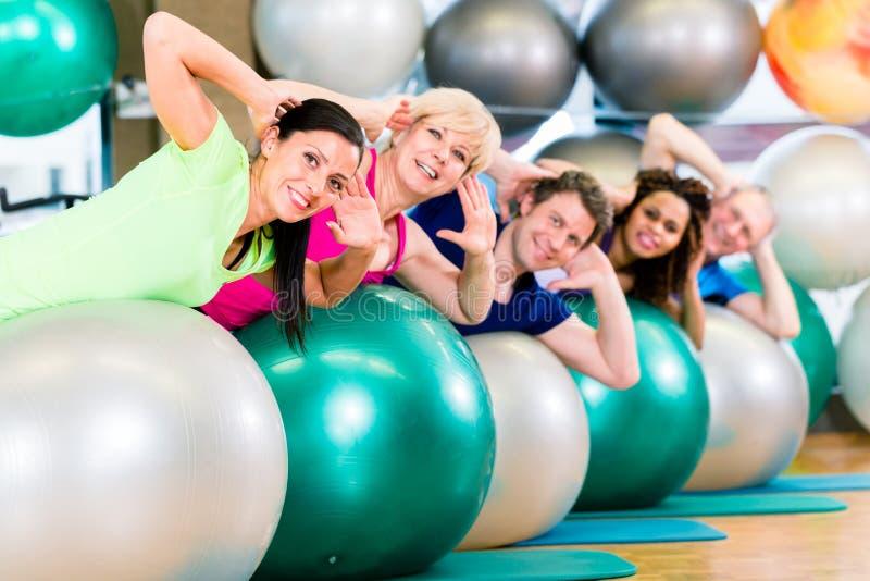 Deporte y aptitud en gimnasio - entrenamiento diverso del grupo de personas fotos de archivo libres de regalías