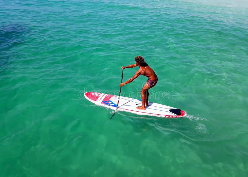 Deportes acuáticos en Cabo Verde El nadar en el tablero foto de archivo