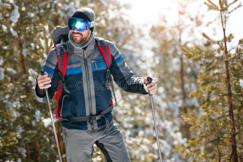Deportes de invierno extremos - hombre que camina en el bosque fotos de archivo libres de regalías