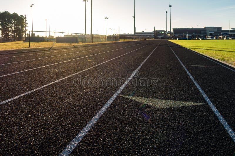 Deportes herbosos Fie de la pista de Sun de la llamarada de la flecha del césped negro corriente de los carriles fotos de archivo