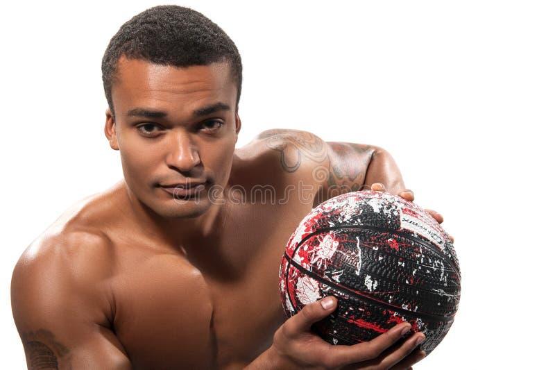 Deportista africano joven que juega a baloncesto fotos de archivo