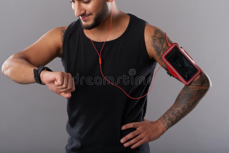 Deportista con el teléfono y el smartwatch imagen de archivo libre de regalías