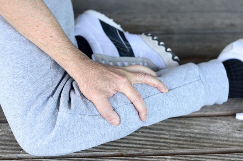 Deportista con un espasmo del músculo en su becerro imágenes de archivo libres de regalías