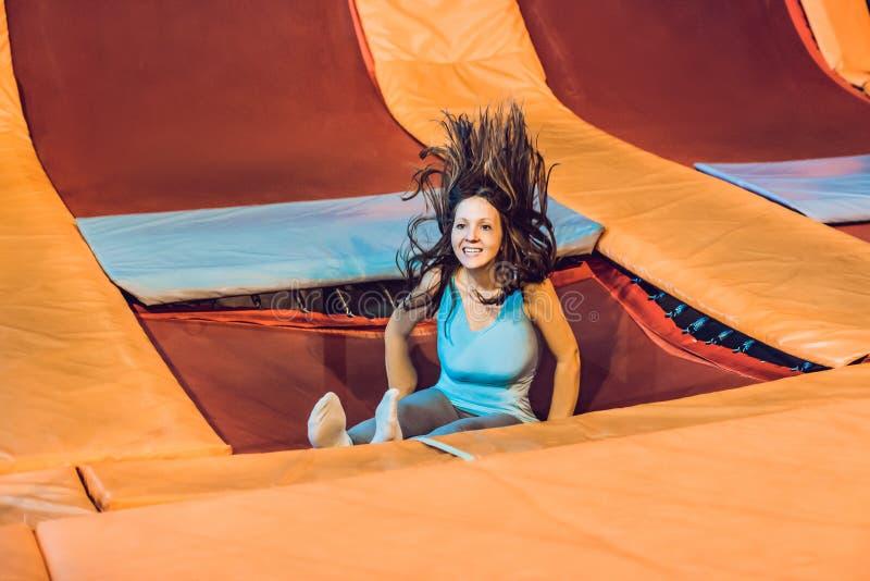 Deportista de la mujer joven saltando en un trampolín en el parque de la aptitud imágenes de archivo libres de regalías