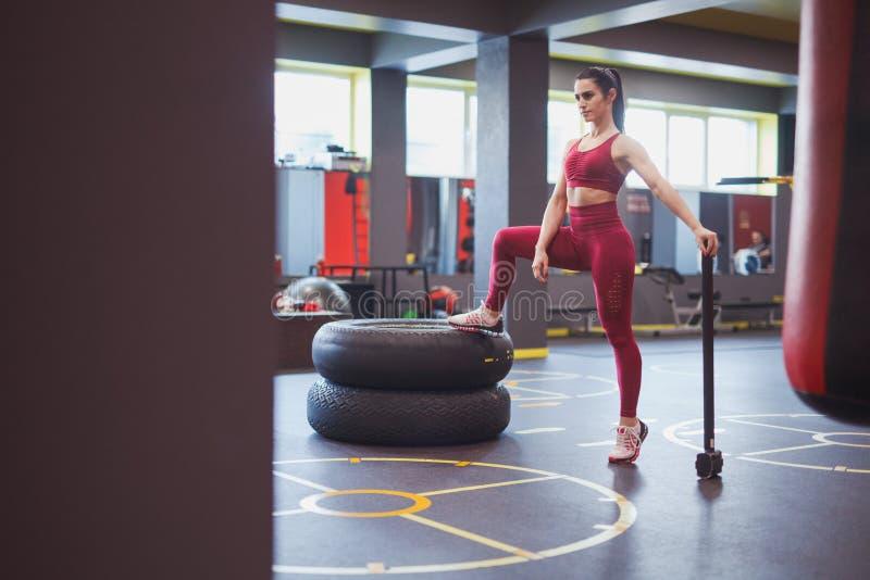 Deportista envejecida media confiada con el martillo en gimnasio foto de archivo libre de regalías