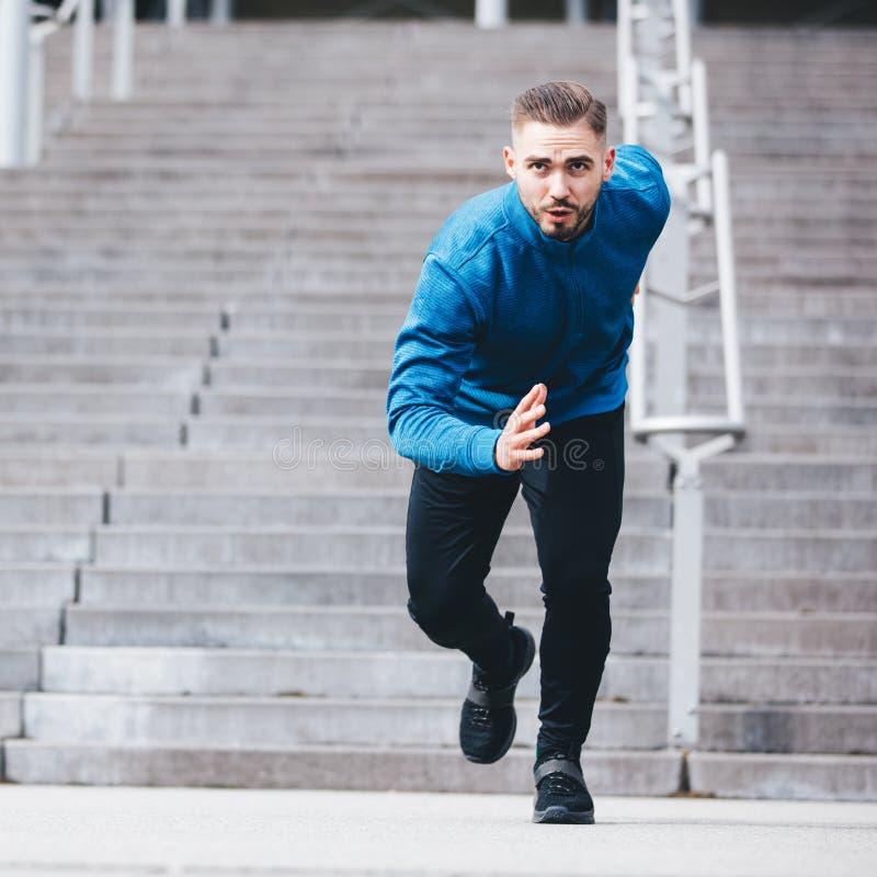 Deportista hermoso que corre en ropa atlética fotografía de archivo libre de regalías