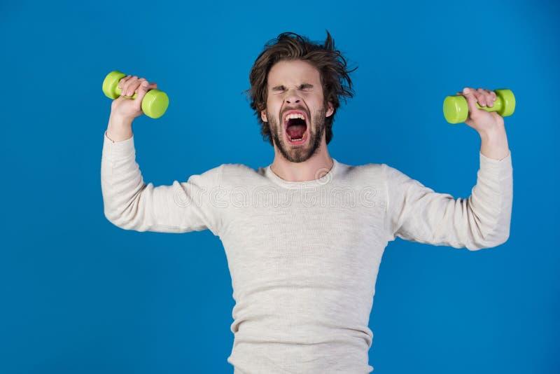 Deportista, hombre de grito en fondo azul imagen de archivo