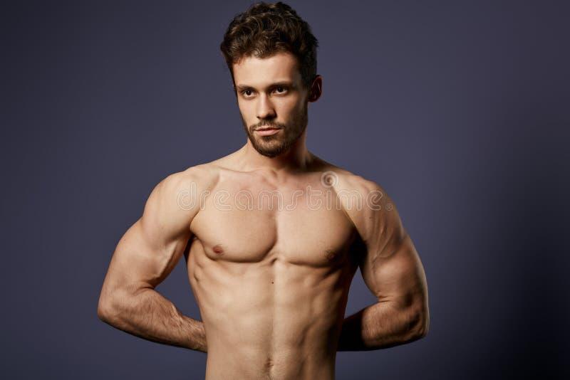 Deportista impresionante que muestra sus musculars del abdorminal imágenes de archivo libres de regalías