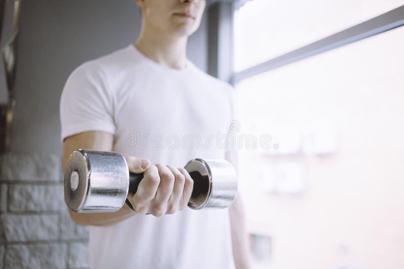 Deportista joven que hace entrenamiento con pesa de gimnasia fotos de archivo libres de regalías