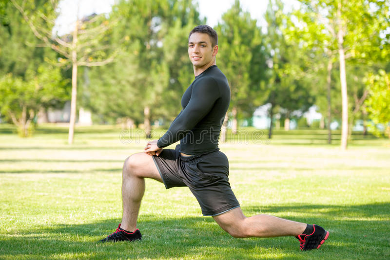 Deportista joven que hace estirando ejercicio al aire libre fotografía de archivo libre de regalías