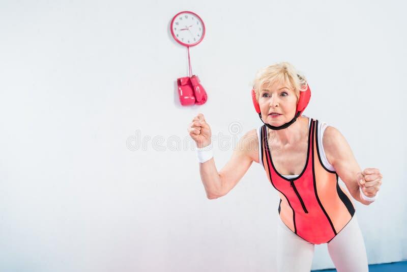 deportista mayor enfocada que ejercita y que mira lejos fotografía de archivo