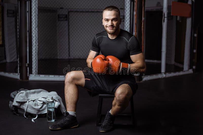Deportista muscular en guantes de boxeo imágenes de archivo libres de regalías