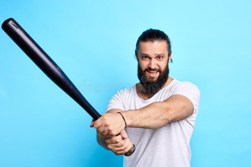 Deportista positivo alegre joven que se prepara para el juego de béisbol foto de archivo