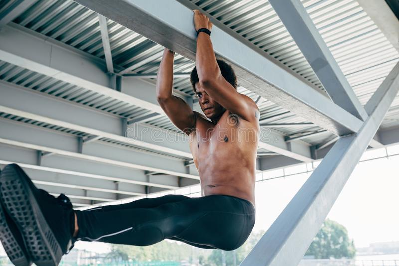 Deportista que hace ejercicio abdominal imagen de archivo