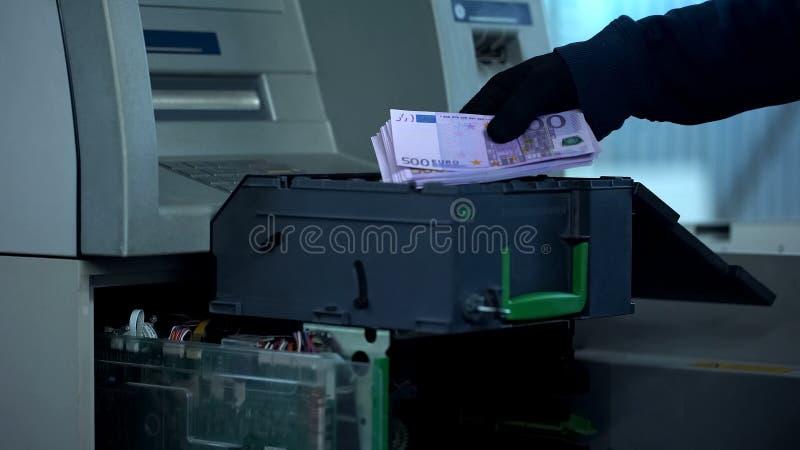 Deposite al empleado que comprueba la caja fuerte de la atmósfera, sacando el caso con euros en el efectivo, depositando imágenes de archivo libres de regalías