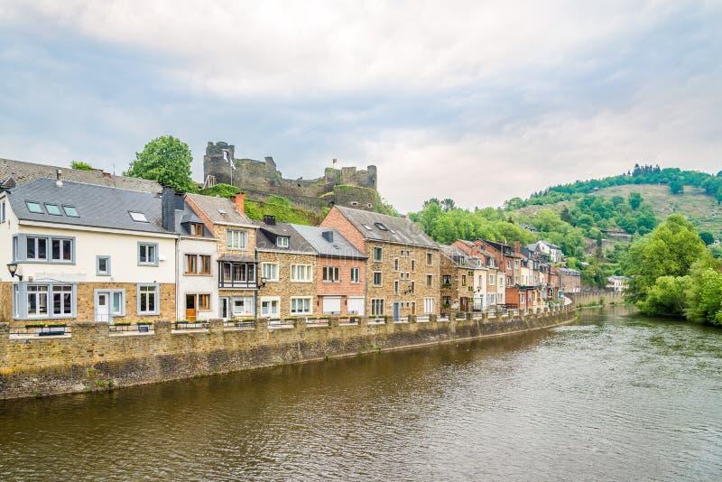 Deposite el río de Ourthe en Ardenne - Bélgica de La Roche imagenes de archivo