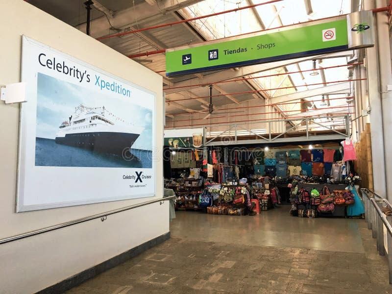 Depositi di area del portone di partenza in Seymour Airport sull'isola di Baltra fotografie stock libere da diritti