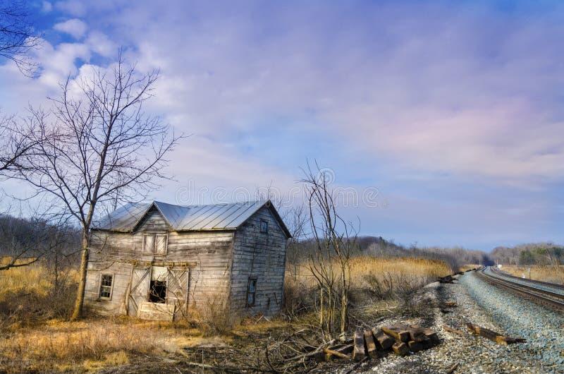 Deposito abbandonato della ferrovia al tramonto immagine stock libera da diritti