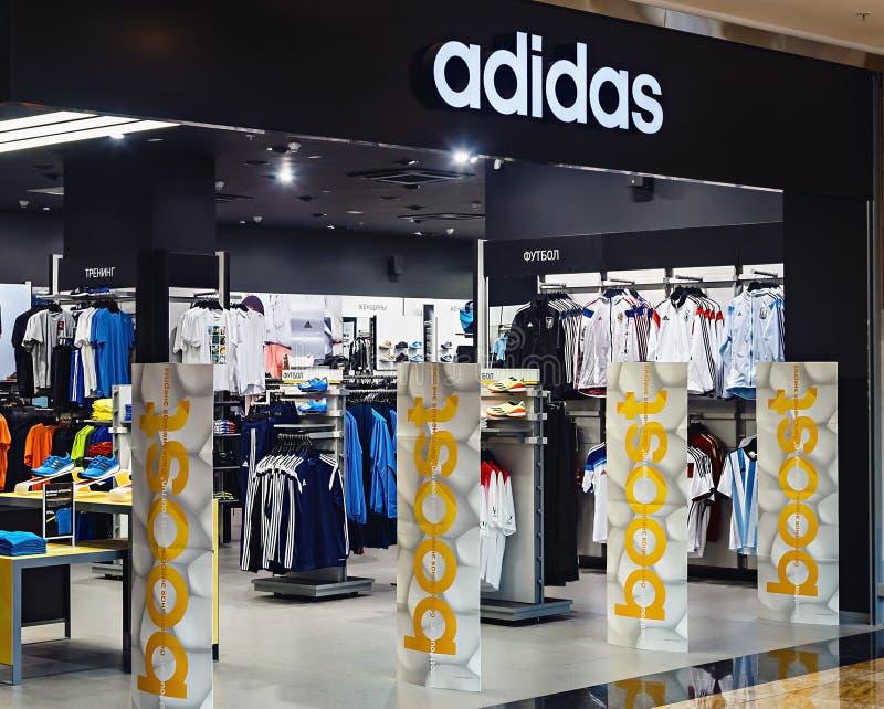 Deposito degli abiti sportivi di Adidas fotografia stock libera da diritti