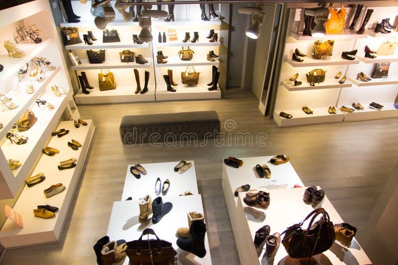 Deposito degli accessori e delle scarpe immagini stock
