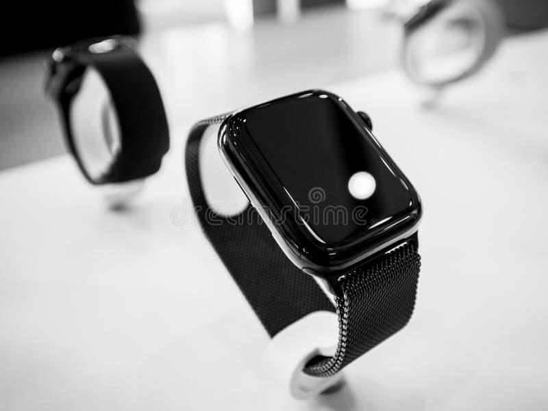 Deposito dei calcolatori Apple con la serie recentemente lanciata 4 dell'orologio di Apple immagini stock