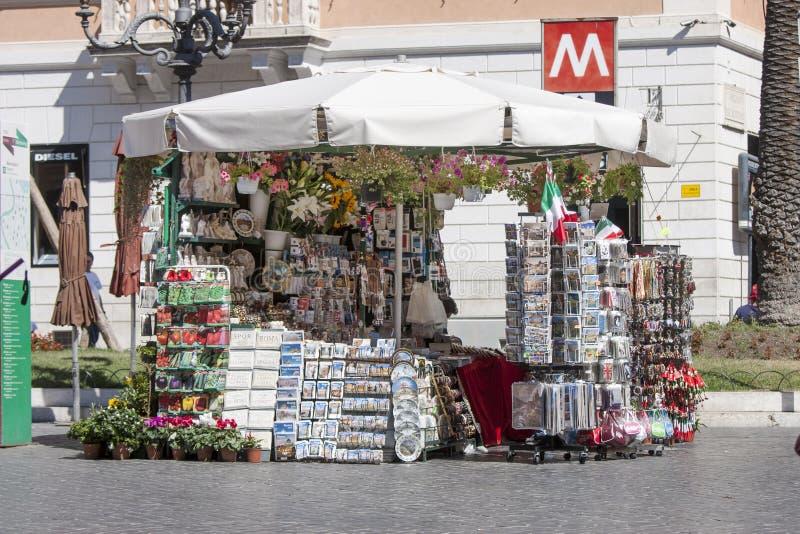 Deposito del chiosco del ricordo a Roma (quadrato spagnolo) immagini stock libere da diritti