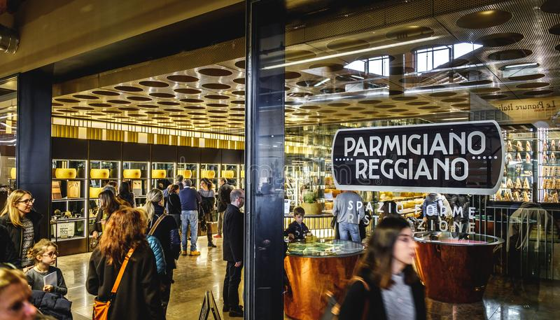Deposito del formaggio di Parmiggiano Reggiano al mondo di Fico Eataly a Bologna - Italia immagine stock