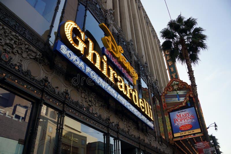 Deposito dello studio di Disney e segno di Ghirardelli sul boulevard di Hollywood fotografia stock libera da diritti