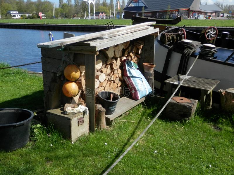 Deposito di legno coperto sul bordo del lato del canale immagini stock libere da diritti