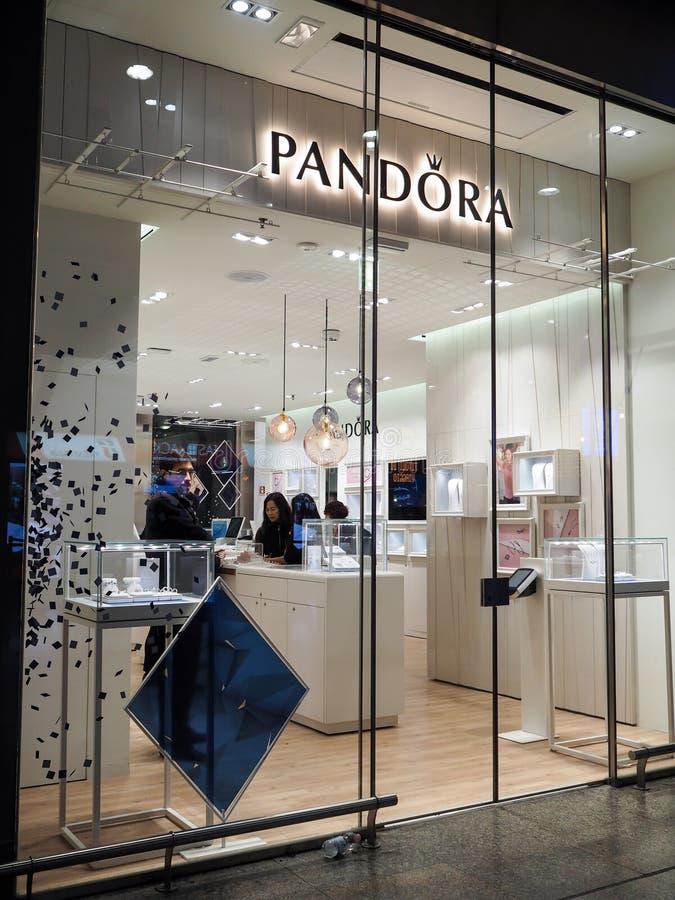 Deposito di Pandora Clothing a Roma fotografie stock