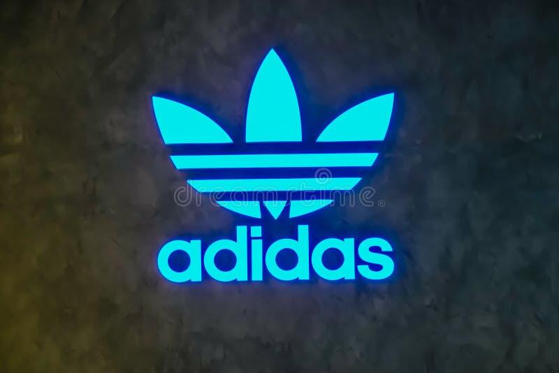 Deposito originale di Logo Adidas Adidas è una società multinazionale che progetta e fabbrica le scarpe, l'abbigliamento e gli ac fotografie stock libere da diritti