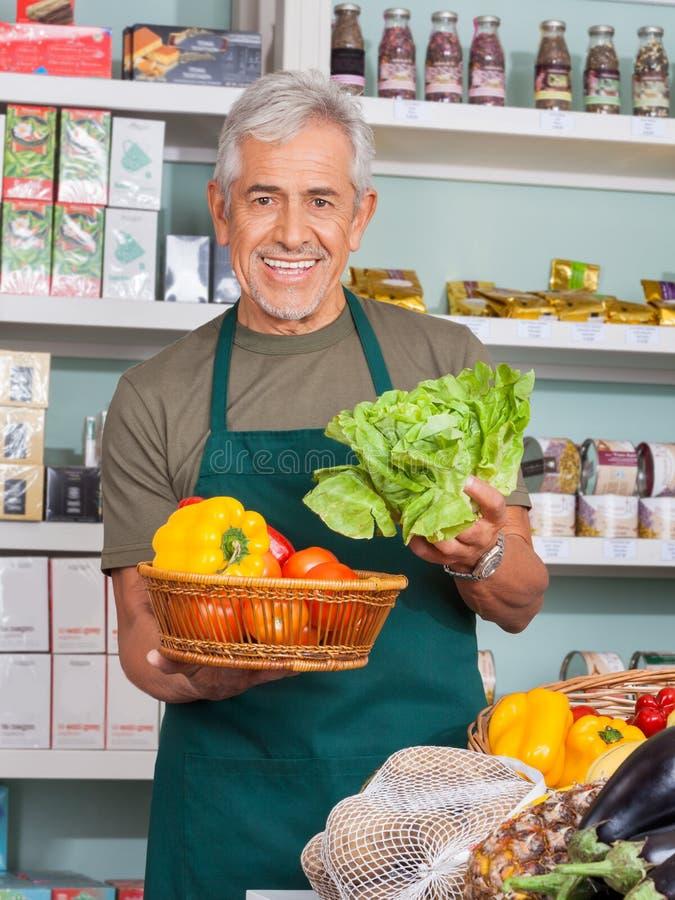 Deposito senior di Selling Vegetables In del rappresentante fotografie stock libere da diritti