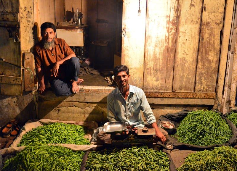 Deposito verde dei peperoncini rossi al mercato del lato della strada immagini stock libere da diritti