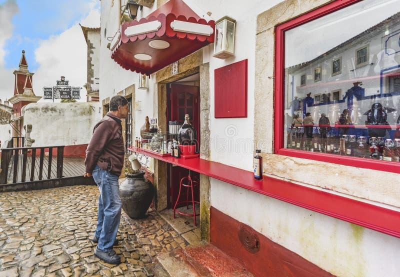 Deposito vicino turistico di ginja alle vecchie vie di Obidos fotografia stock libera da diritti