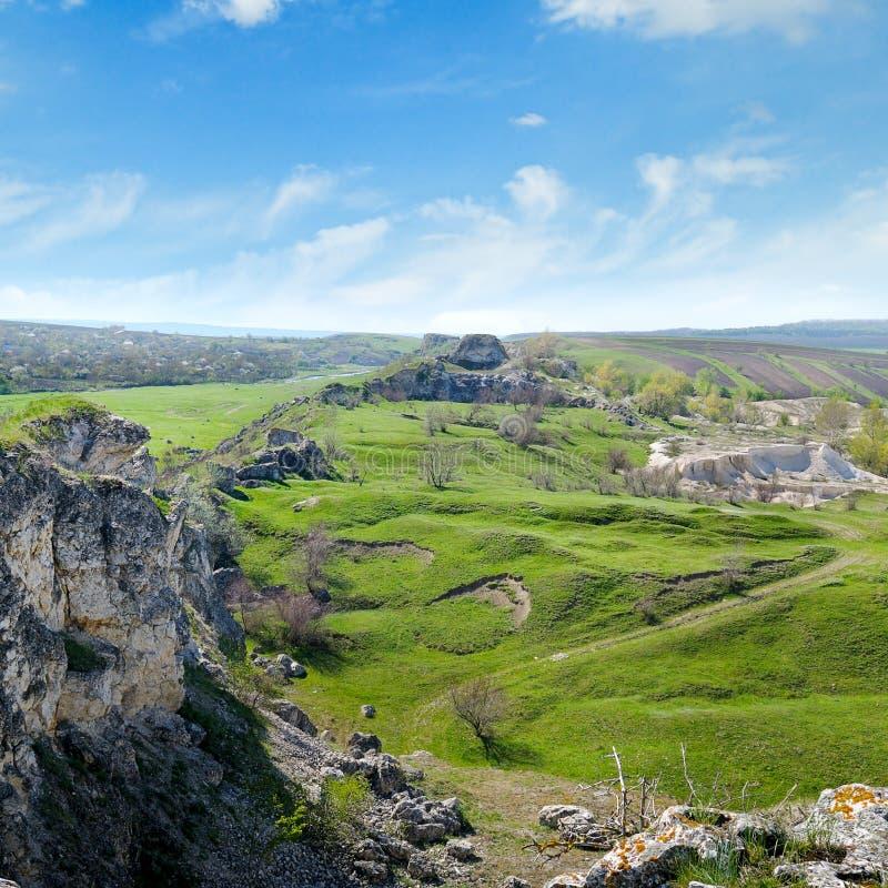 Depozyty wapień, łup, wzgórza i wiejski krajobraz, zdjęcia stock