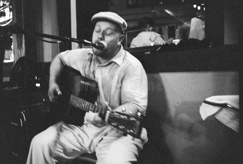 Deppighetinspelningkonstnär, Eric Hughes On Beale Street i Memphis, TN royaltyfri fotografi
