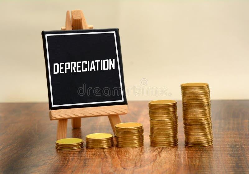 Deprecjacja znak z walut złocistych monet stertą zdjęcie royalty free
