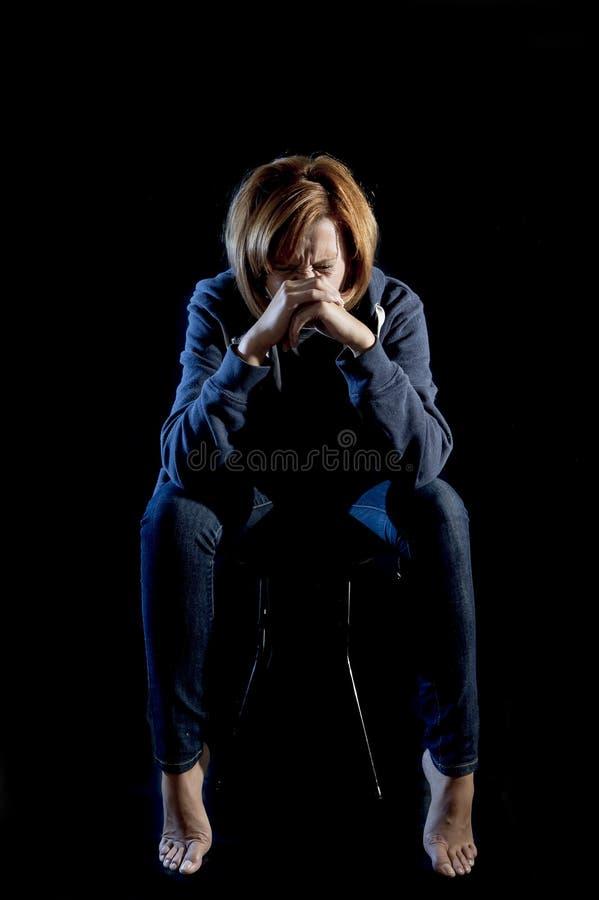Depresión sufridora y tensión de la mujer atractiva solamente en el dolor aislado en negro imagen de archivo libre de regalías