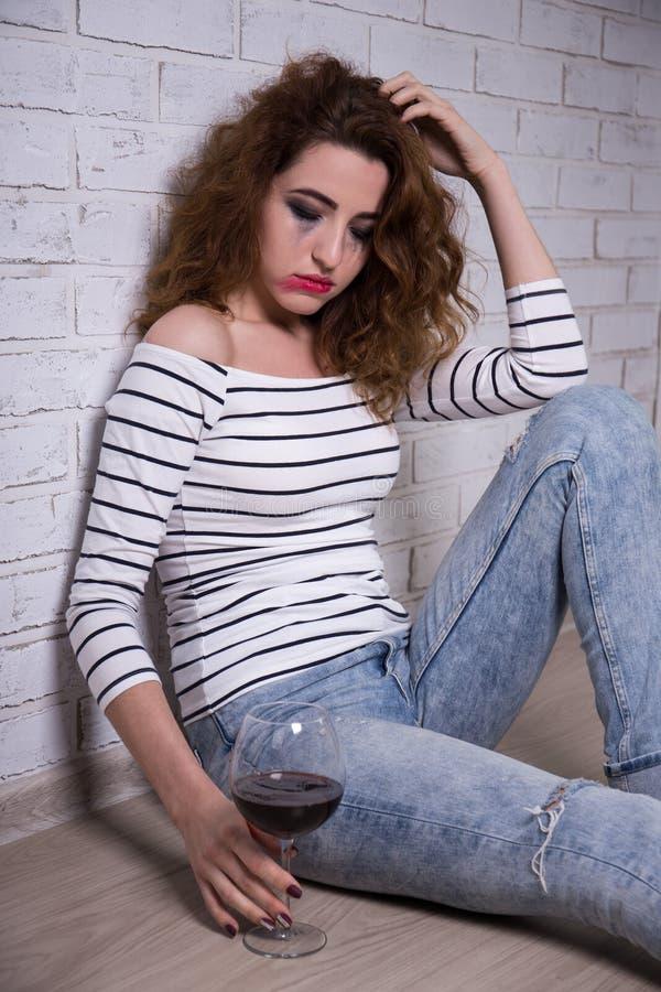 Depresja i alkoholizm - smutny kobieta płacz i pić wino obraz stock