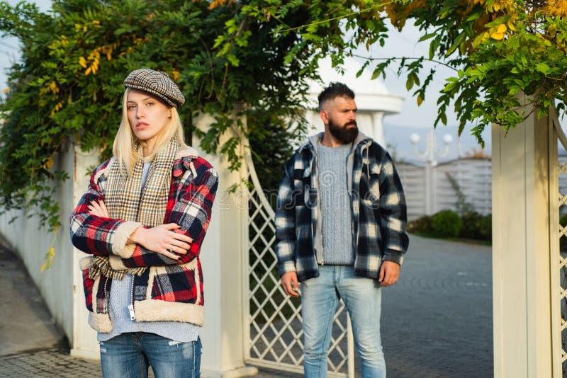 Depresja jesienna Zły nastrój bez powodu Sfrustrowana zmieszana kobieta w ciepłym ubraniu czuje się nieszczęśliwa Rozczarowany obrazy royalty free